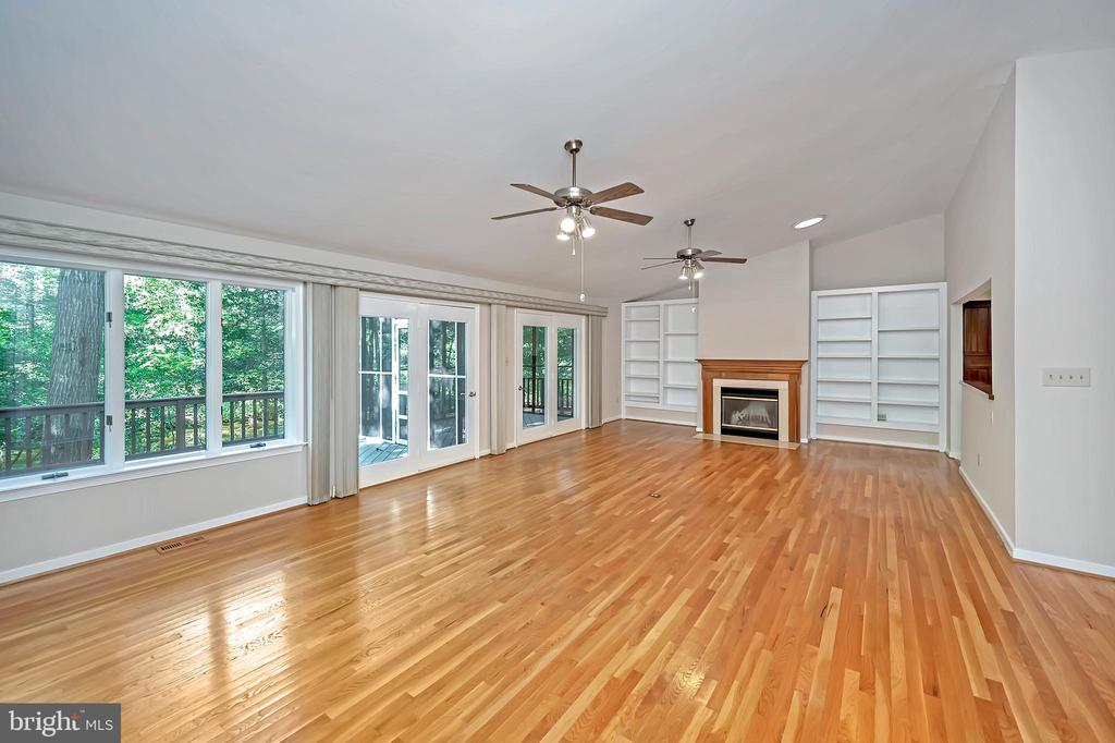 Fabulous great room with fireplace and built-ins - 110 CUMBERLAND CIR, LOCUST GROVE