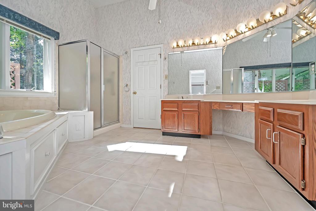 Expansive en-suite bath to melt the day away - 110 CUMBERLAND CIR, LOCUST GROVE