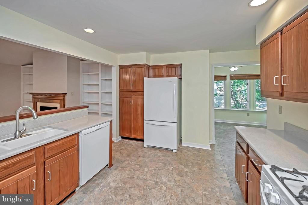 Gas cooking and oodles of cabinet space - 110 CUMBERLAND CIR, LOCUST GROVE