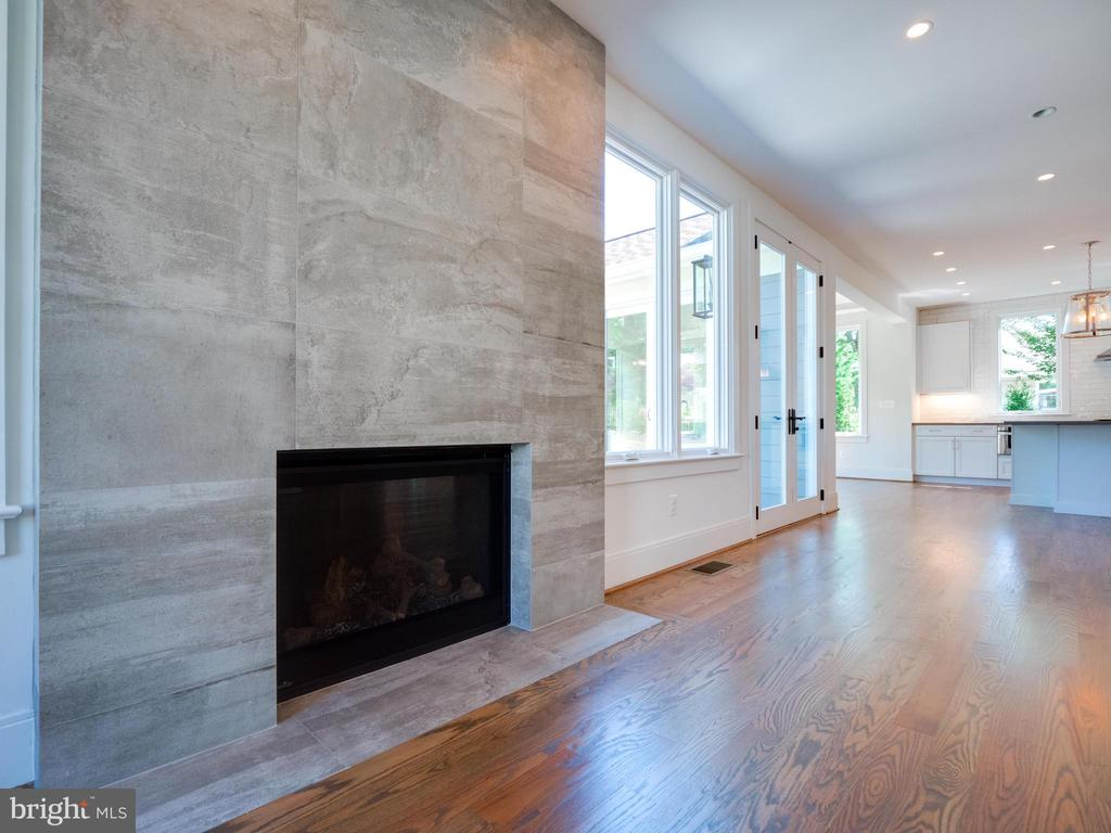 Floor to ceiling stone surround  gas fireplace - 635 FREDERICK ST SW, VIENNA