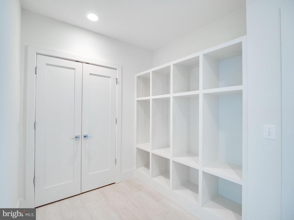 Mud room...so  important!!! - 635 FREDERICK ST SW, VIENNA