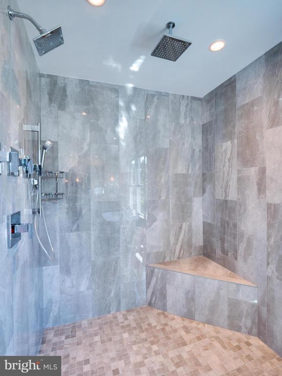 Pirmary shower - 635 FREDERICK ST SW, VIENNA