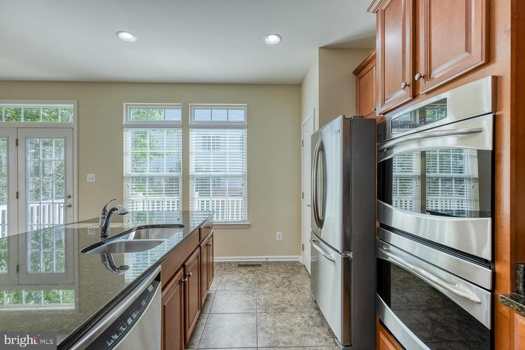 Double ovens with convection oven on top - 2285 MERSEYSIDE DR, WOODBRIDGE