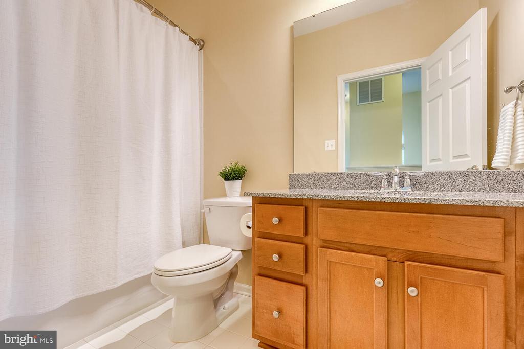 Hall bathroom with granite countertop - 2285 MERSEYSIDE DR, WOODBRIDGE