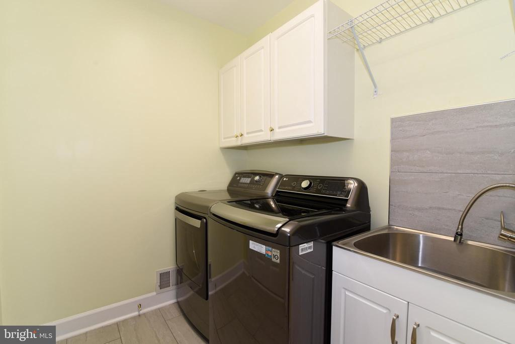 New washer/dryer, tile and utility sink - 21320 COMUS CT, ASHBURN