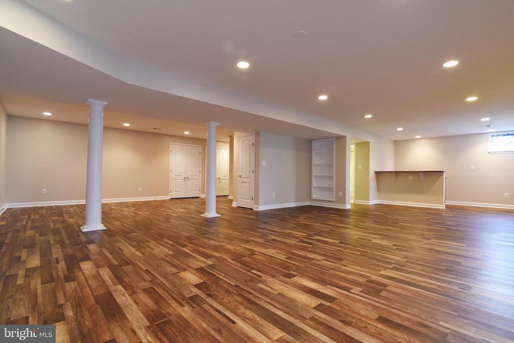 LL Rec Room w luxury wood-look vinyl - 21320 COMUS CT, ASHBURN
