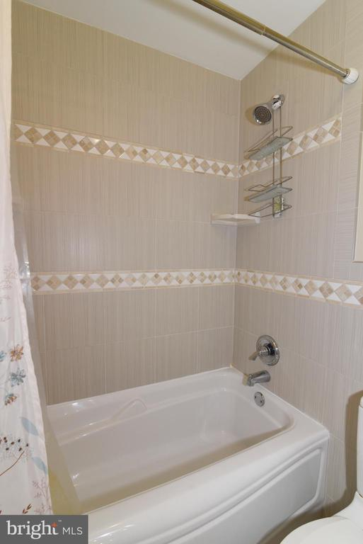 Hall Bath with new tile surround and flooring - 21320 COMUS CT, ASHBURN