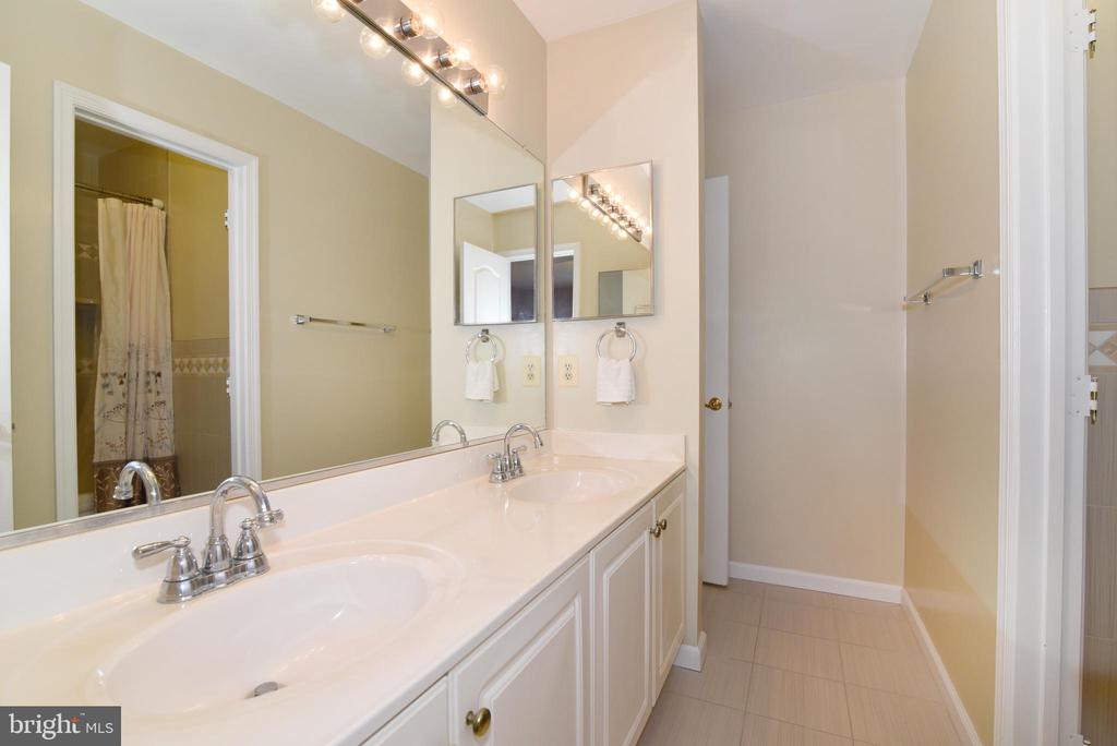 Hall Bath with updated faucets - 21320 COMUS CT, ASHBURN