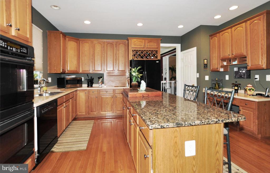 Country kitchen with Granite center island. - 15305 LIONS DEN RD, BURTONSVILLE