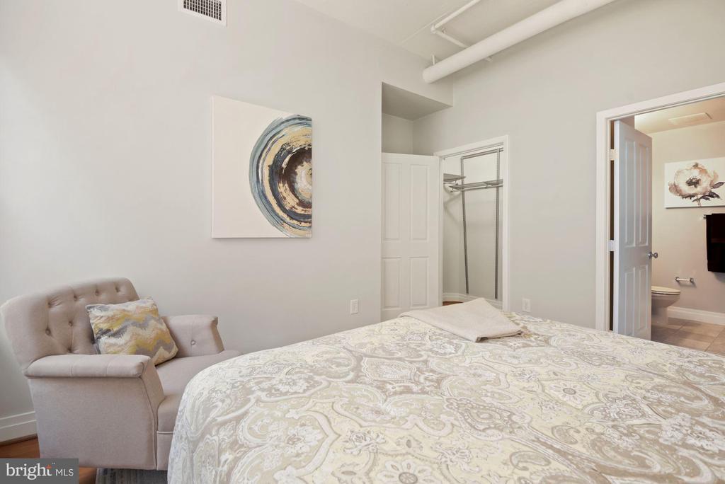 En-suite bedroom with walk-in closet - 1205 N GARFIELD ST #408, ARLINGTON