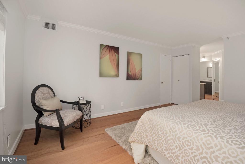 Large primary bedroom - 1600 N OAK ST #310, ARLINGTON
