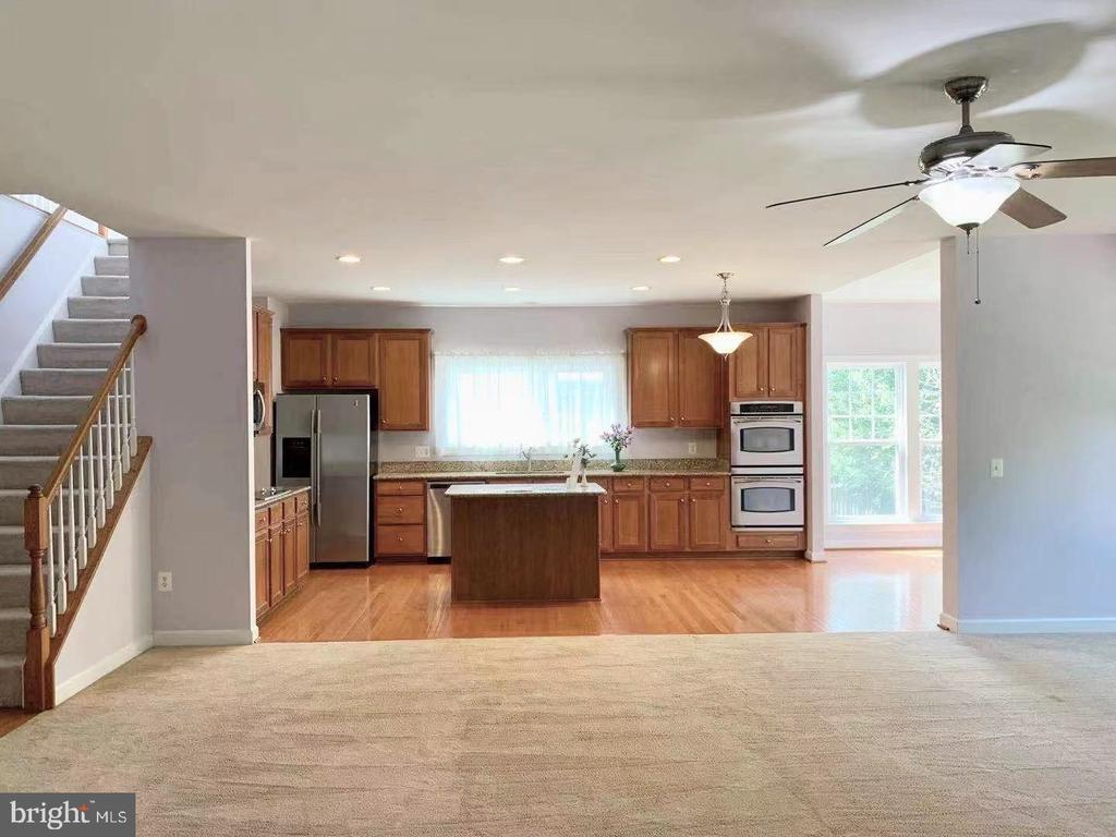 Two wall ovens and built-in microwave - 18494 QUANTICO GATEWAY DR, TRIANGLE