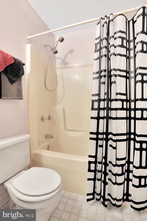 Full Bathroom - 9 SPRINGER CT, THURMONT
