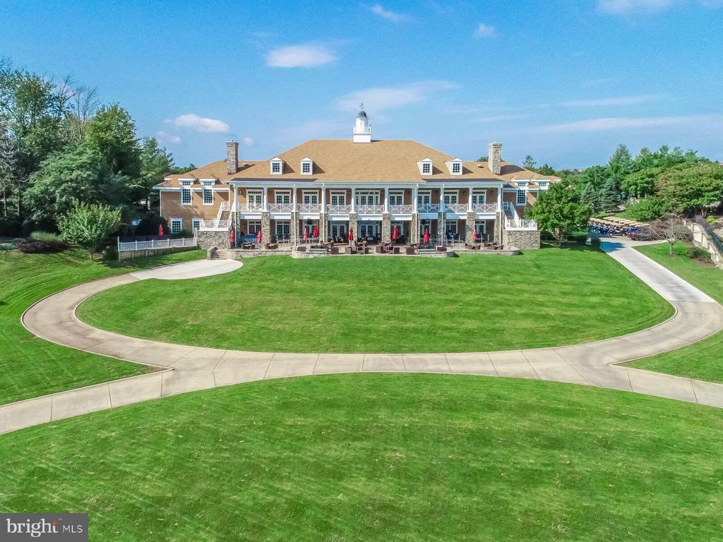 Private clubhouse offers dining and event space - 18362 FAIRWAY OAKS SQ, LEESBURG