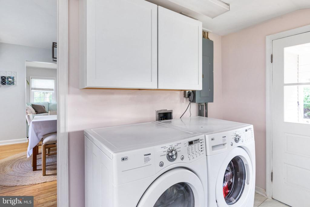 Laundry / mud room with door to back porch - 127 VIRGINIA AVE, BERRYVILLE