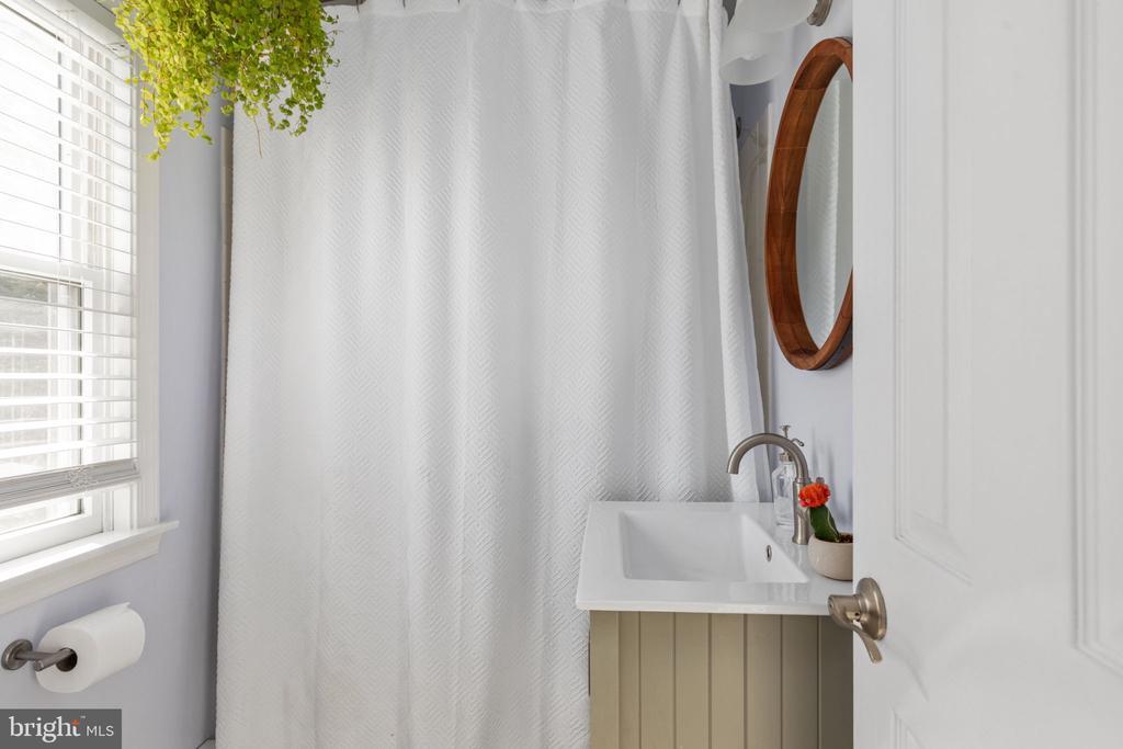 Full bath on main level - 127 VIRGINIA AVE, BERRYVILLE