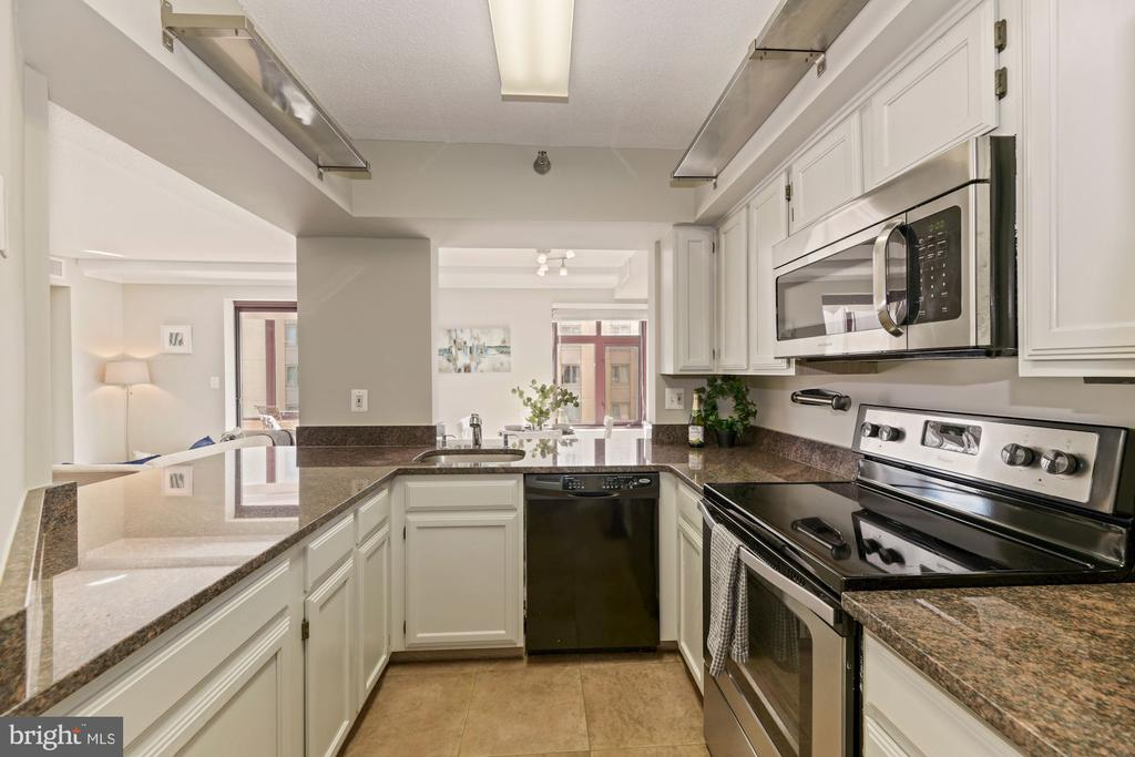 Updated kitchen with stainless appliances - 2400 CLARENDON BLVD #505, ARLINGTON