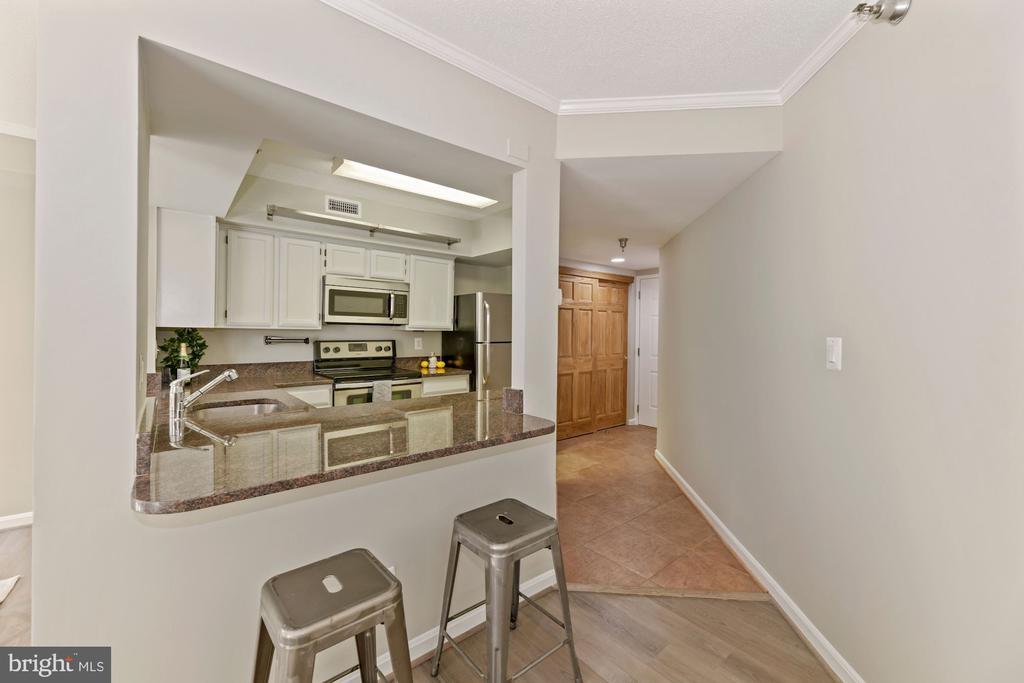 Kitchen with breakfast bar - 2400 CLARENDON BLVD #505, ARLINGTON