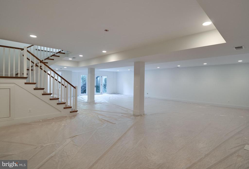 Expansive and light-filled - 635 FREDERICK ST SW, VIENNA