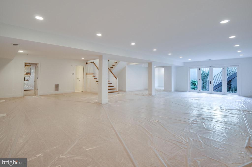Space for a wet bar, pool table, media room .. - 635 FREDERICK ST SW, VIENNA