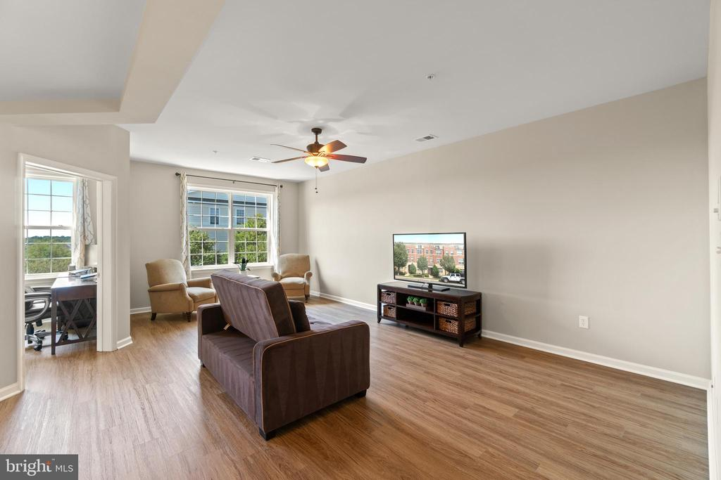 Large and Bright Living Room - 19406 COPPERMINE SQ, LEESBURG