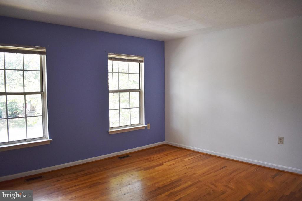 Freshly painted bedroom with hardwood floors - 107 PARKSIDE DR, WINCHESTER