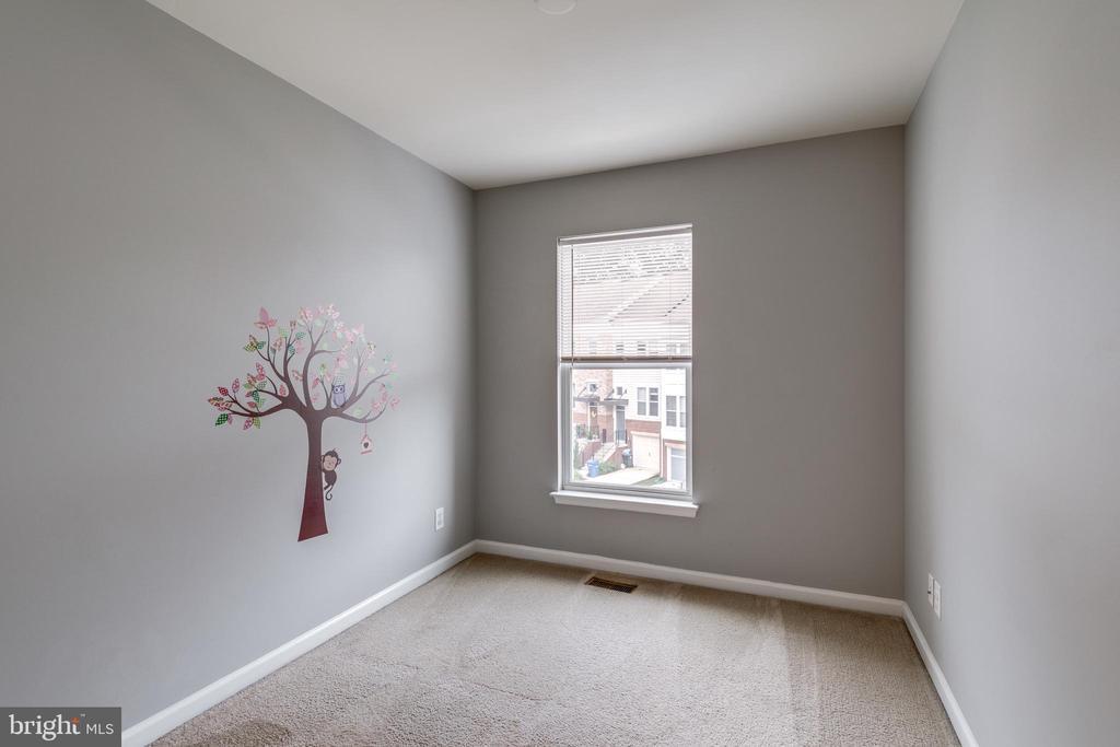 Upper Level 2nd Bedroom w/Carpet and Closet - 42660 NEW DAWN TER, BRAMBLETON