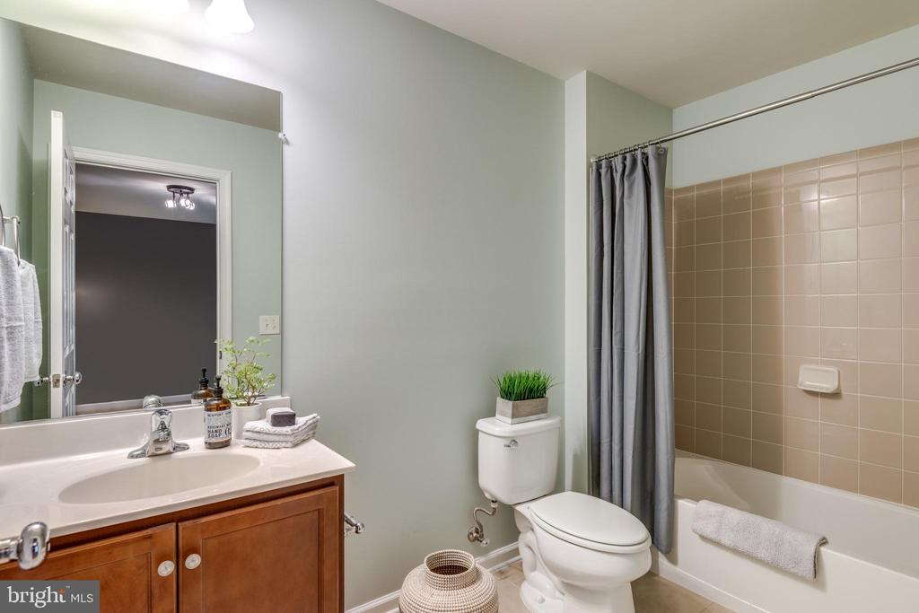 Tub and Shower - 42660 NEW DAWN TER, BRAMBLETON