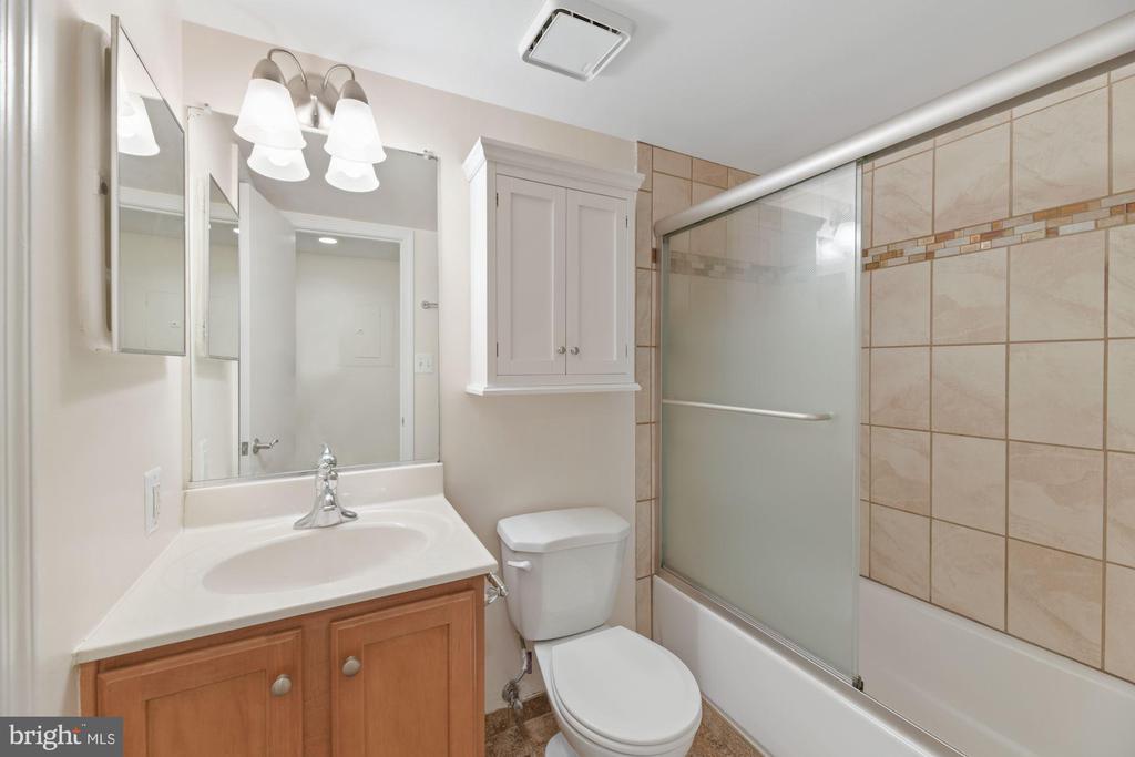 Bathroom - Upgraded Shower Tile & Doors! - 1001 N RANDOLPH ST #604, ARLINGTON