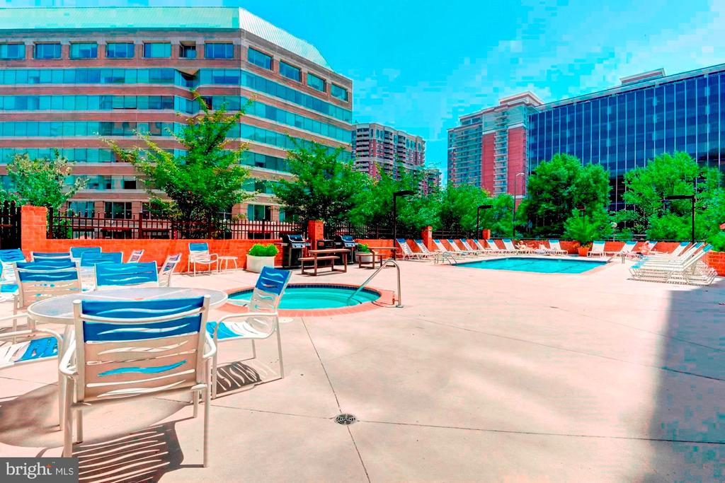 Pool, Hot Tub, Sun Deck, & BBQ Grills! - 1001 N RANDOLPH ST #604, ARLINGTON