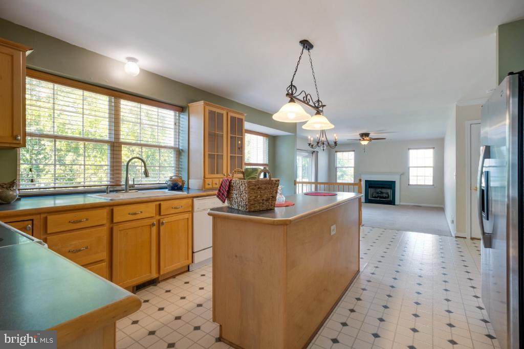 Opens to The Breakfast Room! - 513 EWELL CT, BERRYVILLE