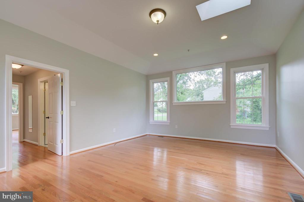 Large bedroom, Full of natural bright light - 13832 TURNMORE RD, SILVER SPRING