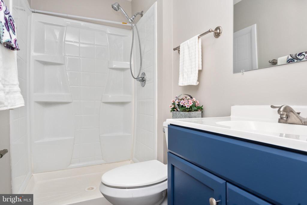 Hall bath - 702 GILES PL, STERLING