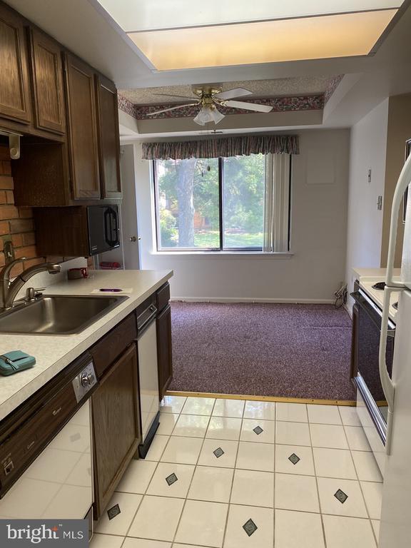 Kitchen & Eat-in Area - 10216 BUSHMAN DR #211, OAKTON
