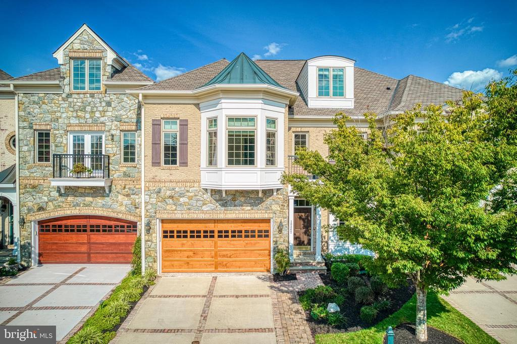 Located on one of the most desired streets in RCC - 18362 FAIRWAY OAKS SQ, LEESBURG