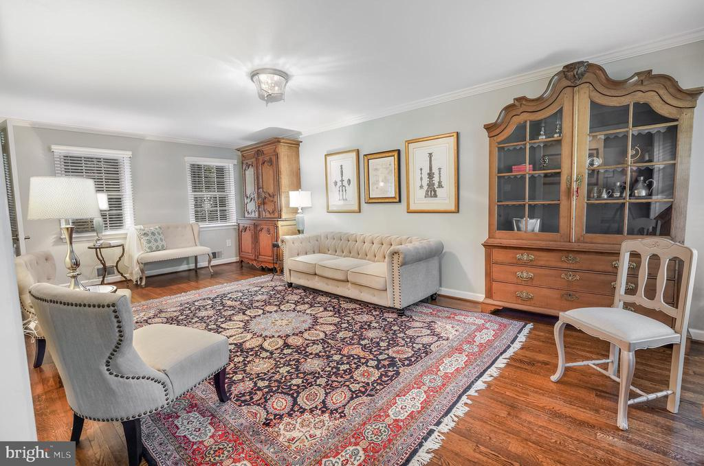 Huge living room accommodates 3 seating areas - 4711 BRIAR PATCH LN, FAIRFAX