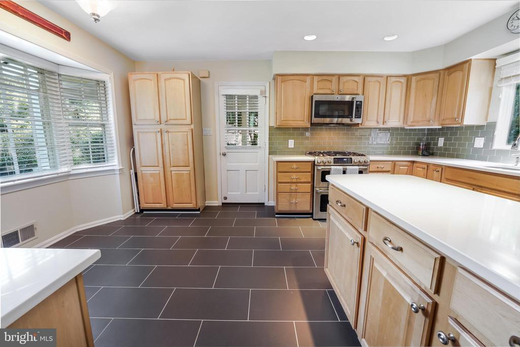 Smart cook's kit. with desk and pantry. - 4711 BRIAR PATCH LN, FAIRFAX