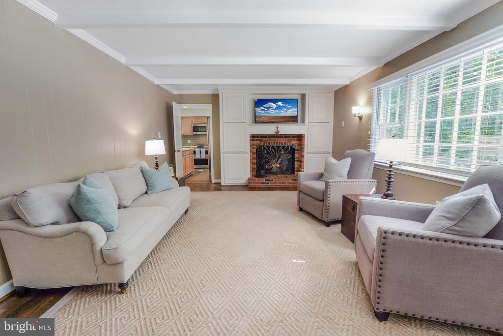 Fireplace, bright windows, line of sight to kit. - 4711 BRIAR PATCH LN, FAIRFAX