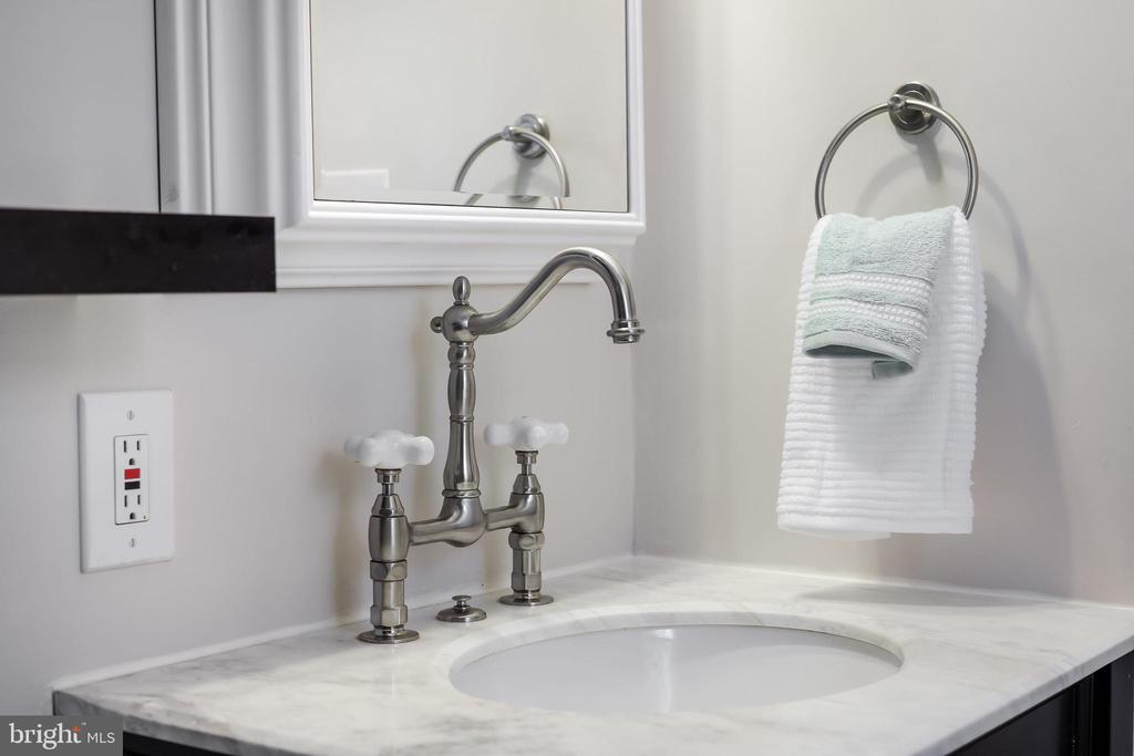 Interesting fixtures make the space - 4711 BRIAR PATCH LN, FAIRFAX