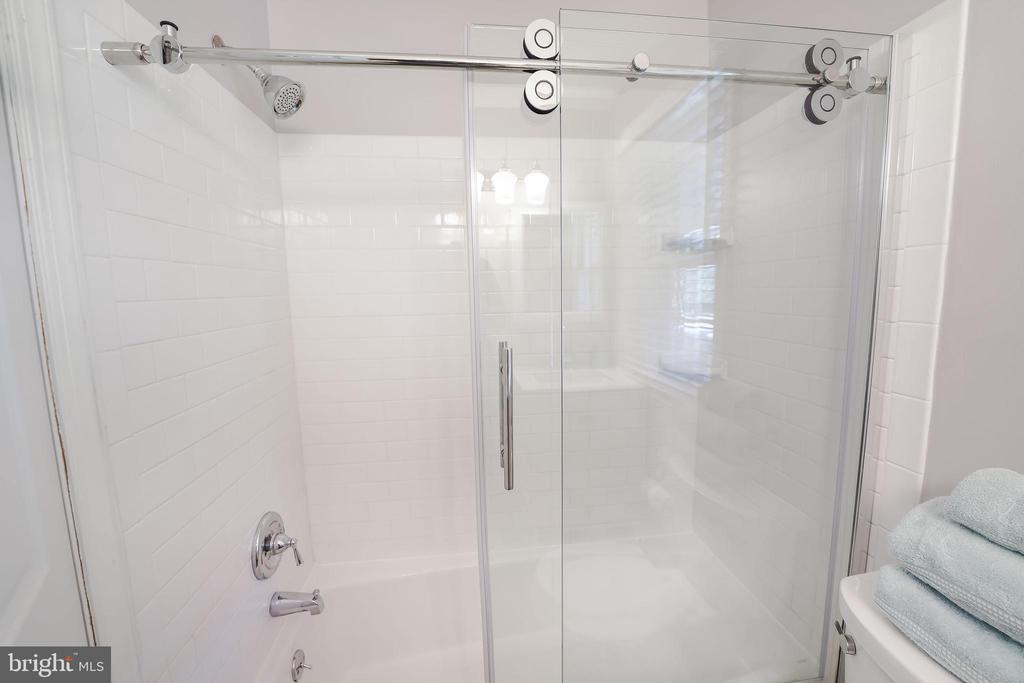 Beautiful glass barn doors in both upstairs baths - 4711 BRIAR PATCH LN, FAIRFAX