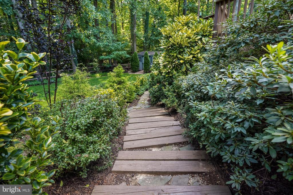 Steps down to the yard. - 4711 BRIAR PATCH LN, FAIRFAX