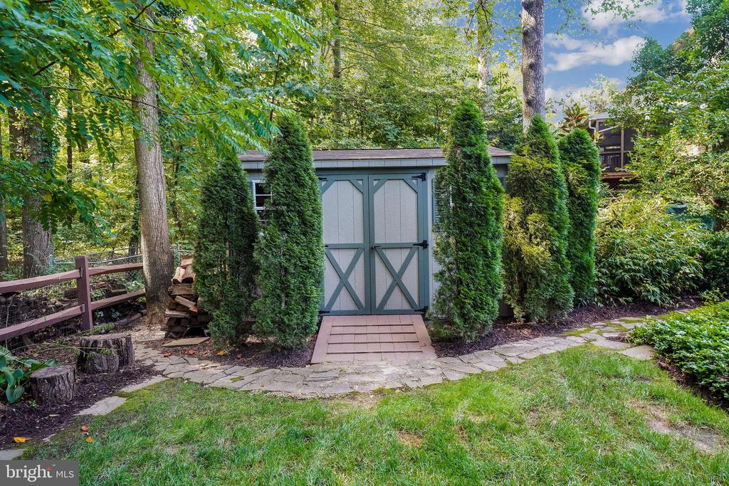 Huge elevated shed. Landscaping/Hardscaping - 4711 BRIAR PATCH LN, FAIRFAX