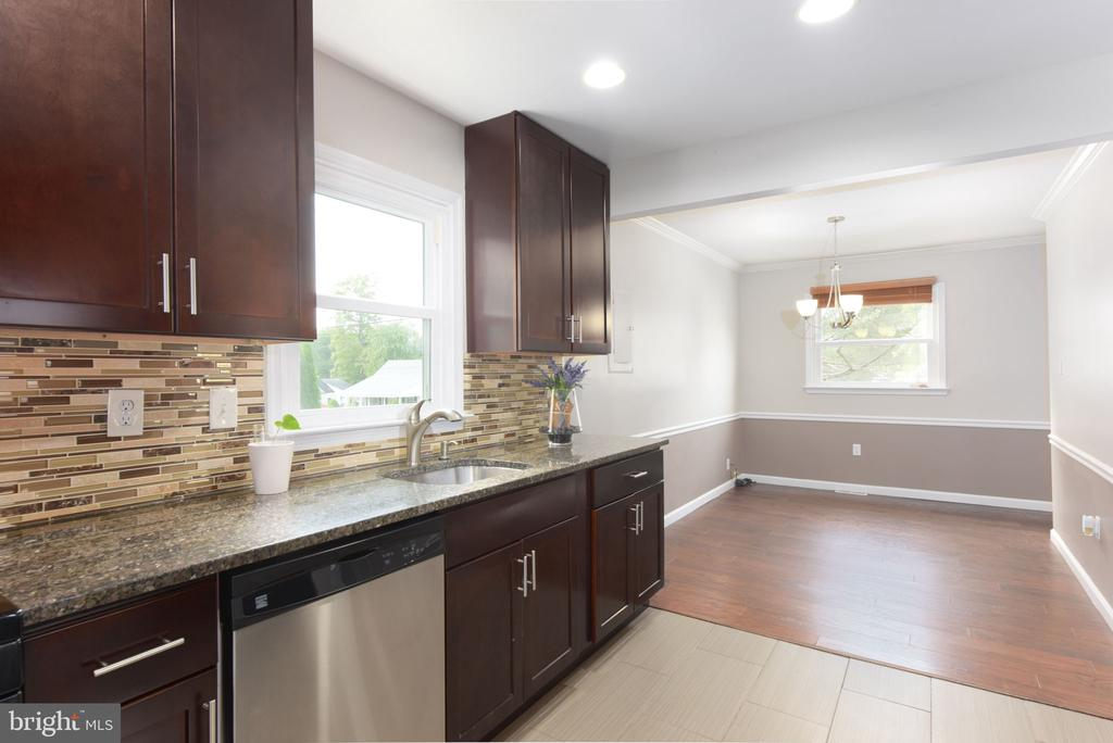 Kitchen and view of the dining room - 117 COLBURN DR, MANASSAS PARK