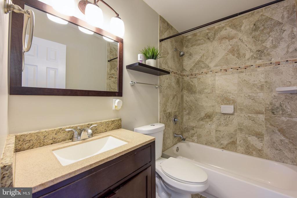 First level bathroom - 117 COLBURN DR, MANASSAS PARK
