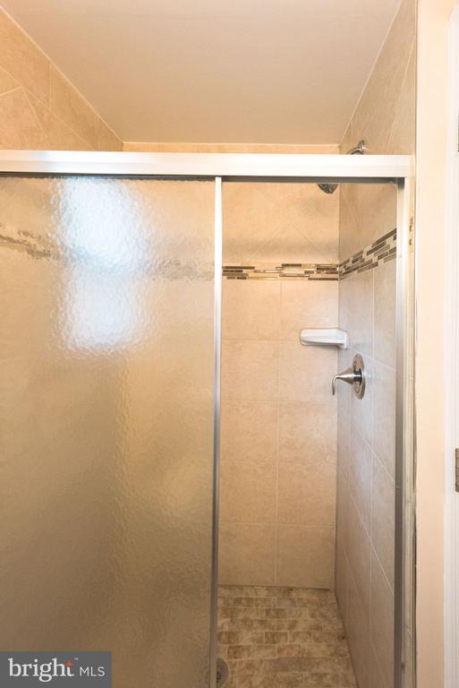 Upper-level bathroom view - 117 COLBURN DR, MANASSAS PARK