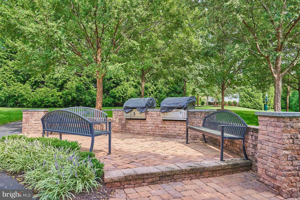 Nearby Grilling Area - 15231 ROYAL CREST DR #104, HAYMARKET