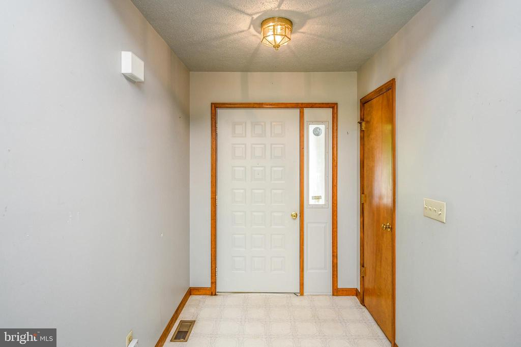 Vinyl floored entry foyer - 222 YORKTOWN BLVD, LOCUST GROVE