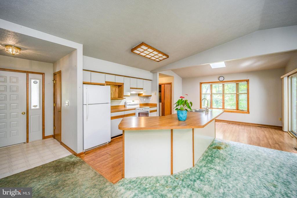 foyer-kitchen-dining area - 222 YORKTOWN BLVD, LOCUST GROVE