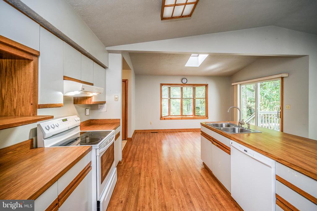 Laminate flooring kitchen & dining area - 222 YORKTOWN BLVD, LOCUST GROVE