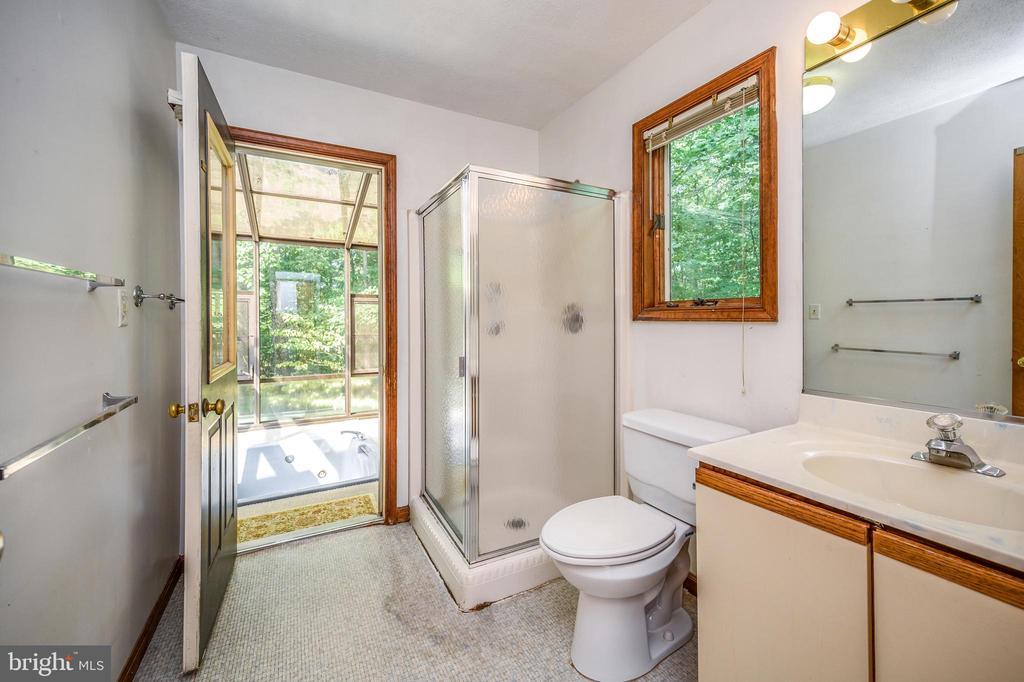 Shower bath & door to soak tub - 222 YORKTOWN BLVD, LOCUST GROVE